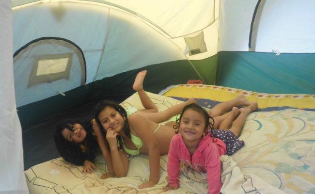 niñas en camping playa escondida